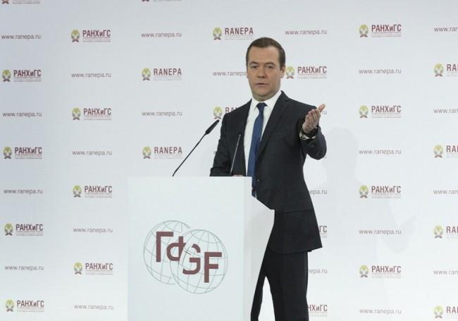 Роботизация неведет кбезработице— Медведев